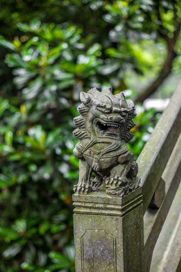 Detalle de una pequeña escultura china del león en un puente de piedra en un parque en Wenzhou en China - 1 fotografía de archivo libre de regalías