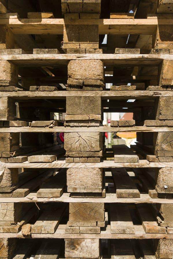 Detalle de una pila de plataformas de madera recuperables vacías en norma europea foto de archivo