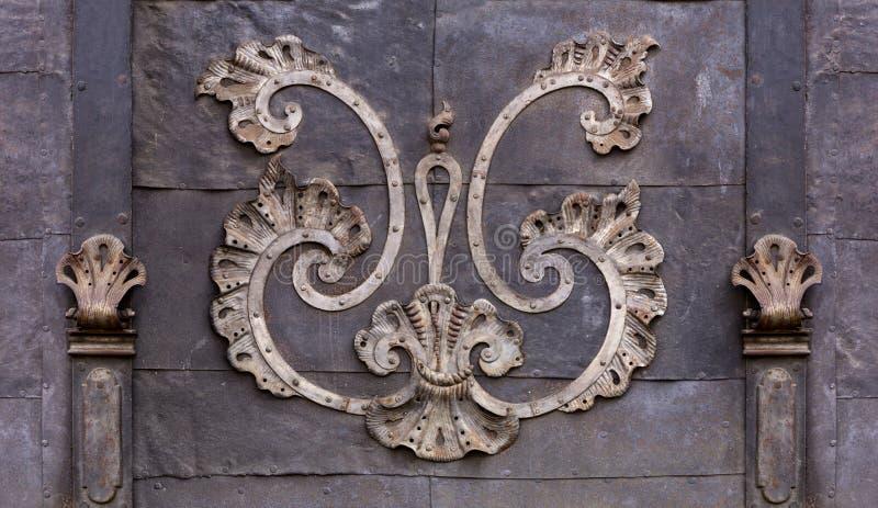 Detalle de una puerta barroca en un edificio histórico fotografía de archivo libre de regalías