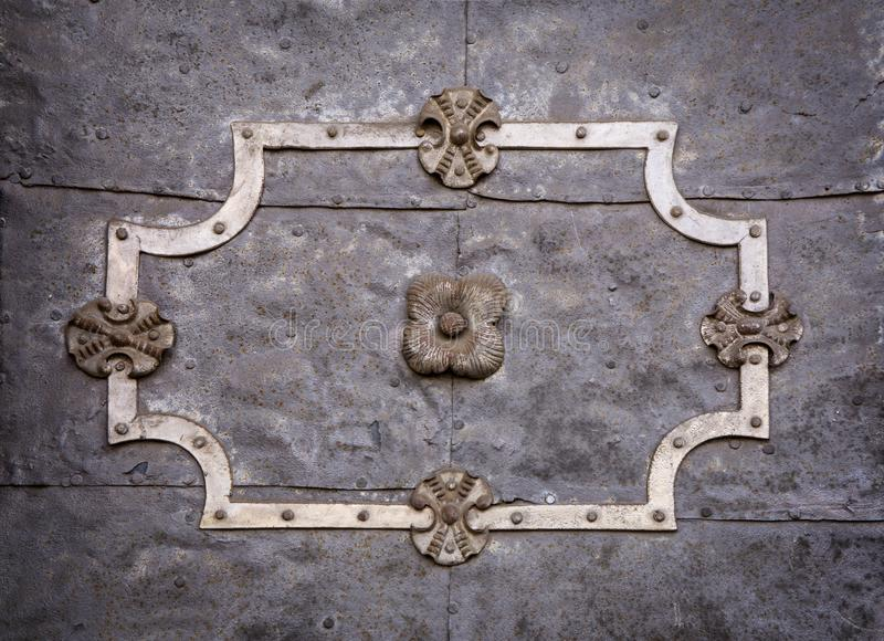 Detalle de una puerta barroca en un edificio histórico fotografía de archivo