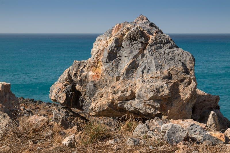 Detalle de una roca en la colina de la playa imágenes de archivo libres de regalías