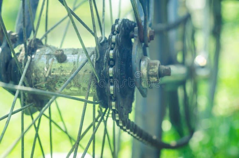 Detalle de una rueda de bicicleta vieja con la cadena fotografía de archivo libre de regalías