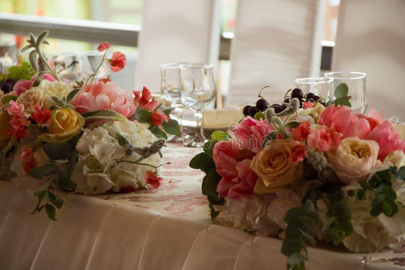 Detalle de una tabla de cena de boda foto de archivo
