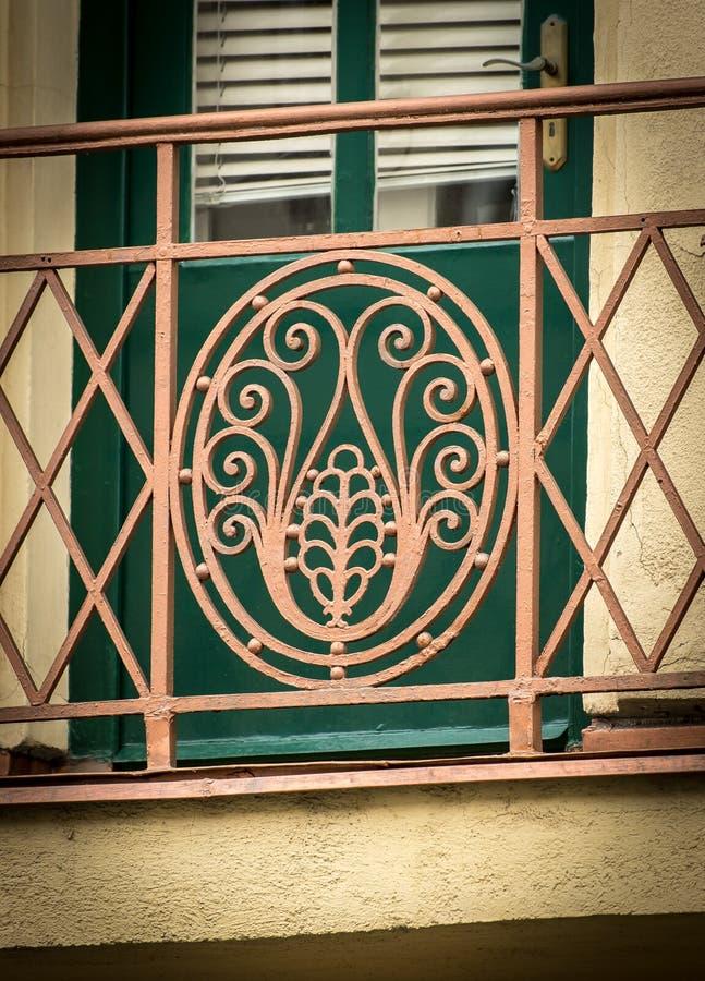 Detalle de una vieja rejilla hermosa del balcón del hierro labrado imagen de archivo