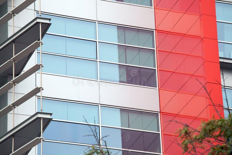 Detalle de ventanas en un edificio moderno Fondo del asunto fotografía de archivo libre de regalías