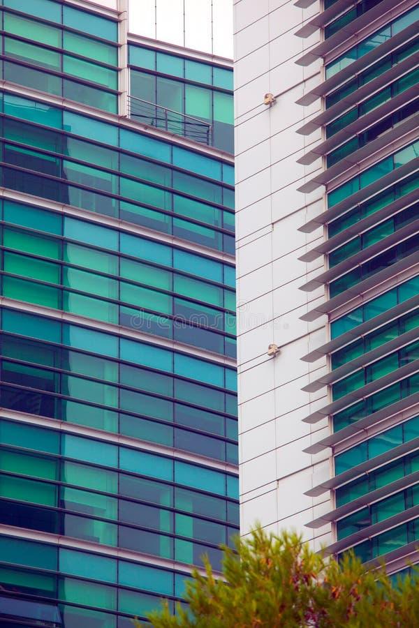 Detalle de ventanas en un edificio moderno Fondo del asunto fotografía de archivo