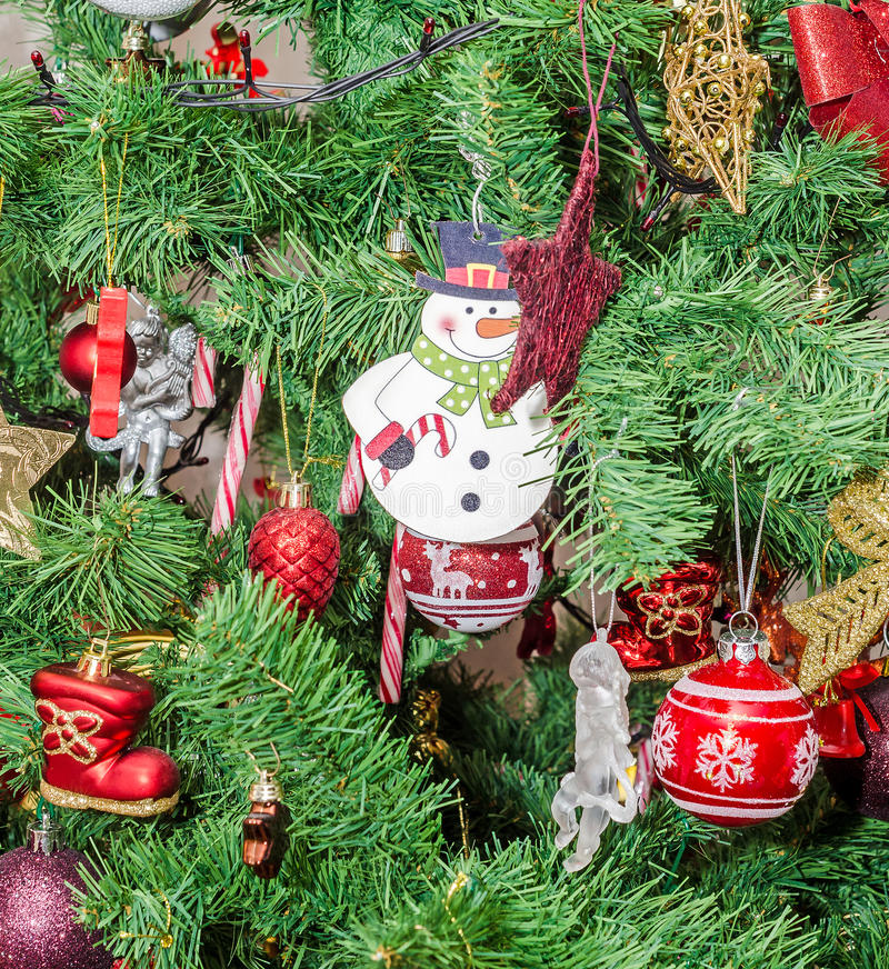Detalle del árbol verde de la Navidad (Chrismas) con los ornamentos coloreados, globos, estrellas, Santa Claus, muñeco de nieve fotografía de archivo libre de regalías