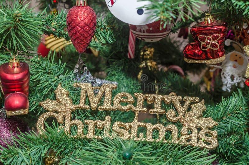 Detalle del árbol verde de la Navidad (Chrismas) con los ornamentos coloreados, globos, estrellas, Santa Claus, muñeco de nieve foto de archivo