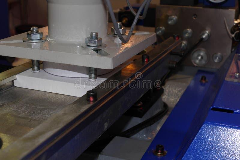 Detalle del alimentador de la prensa del CNC fotografía de archivo libre de regalías