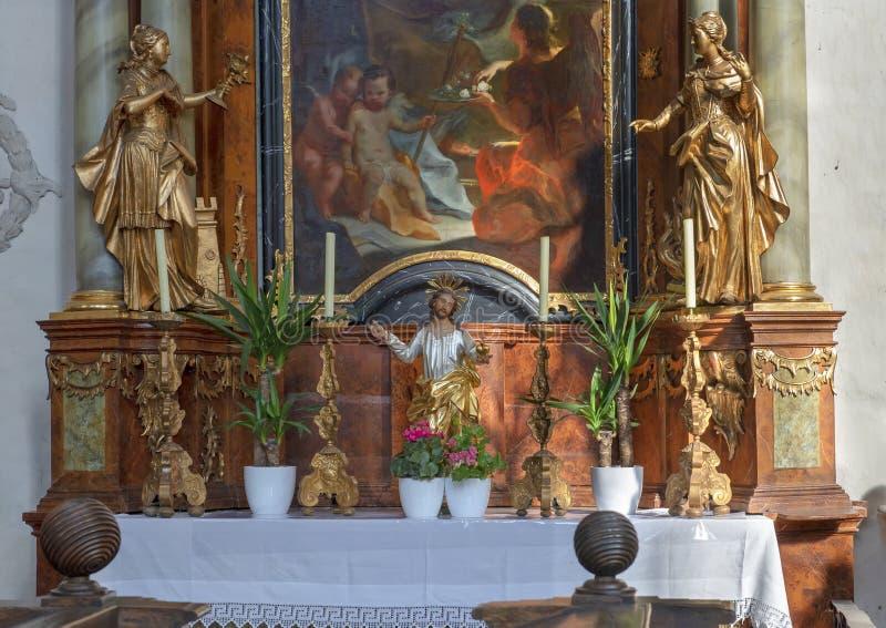Detalle del altar en la pared septentrional del cubo con la pintura Saint Joseph, iglesia interior de Piarist, Krems en el Danubi imagen de archivo libre de regalías