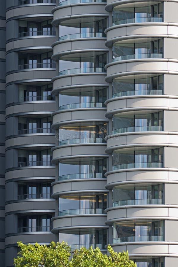 Detalle del alto bloque contemporáneo de la vivienda de la subida fotografía de archivo libre de regalías