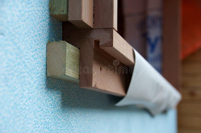 Detalle del bastidor de ventana de madera en emplazamiento de la obra   imágenes de archivo libres de regalías