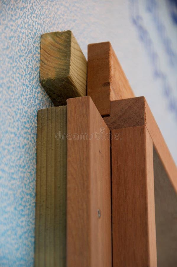 Detalle del bastidor de ventana de madera en emplazamiento de la obra fotografía de archivo libre de regalías