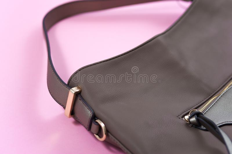 Detalle del bolso de cuero beige, cremallera de oro foto de archivo libre de regalías