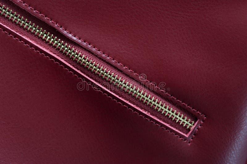 Detalle del bolso de cuero rojo, cremallera de oro imagen de archivo