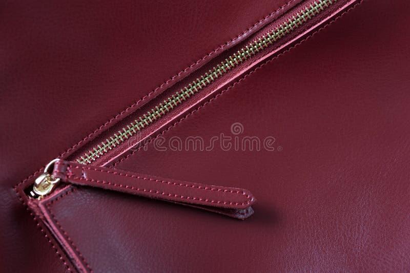 Detalle del bolso de cuero rojo, cremallera de oro imagenes de archivo