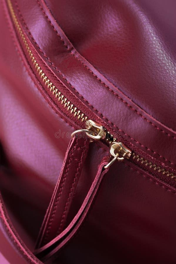 Detalle del bolso de cuero rojo, cremallera de oro foto de archivo libre de regalías