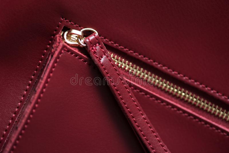 Detalle del bolso de cuero rojo, cremallera de oro foto de archivo