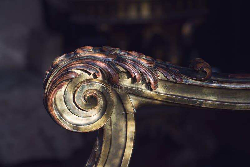 Detalle del brazo de madera de la butaca fotografía de archivo