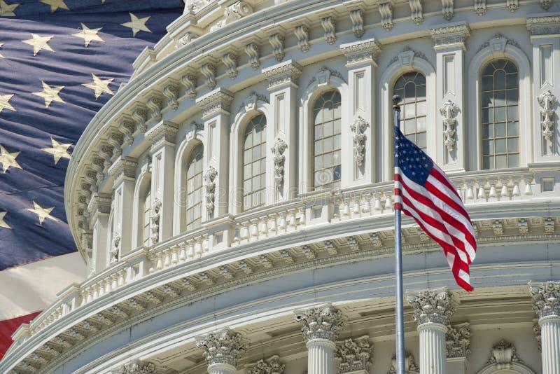 Detalle del capitolio del Washington DC con la bandera americana imagenes de archivo