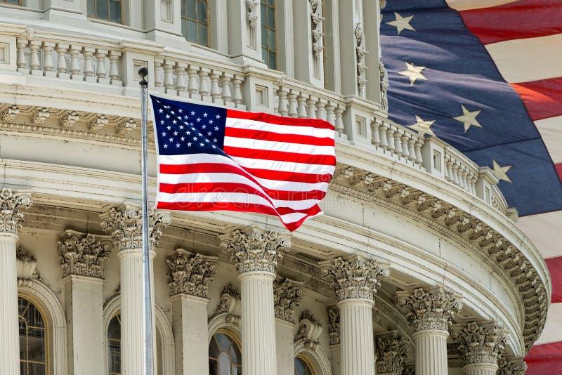 Detalle del capitolio del Washington DC con la bandera americana fotografía de archivo libre de regalías
