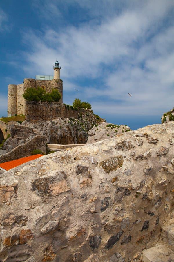 Detalle del castillo y del faro, Castro Urdiales, Cantabria, España imágenes de archivo libres de regalías
