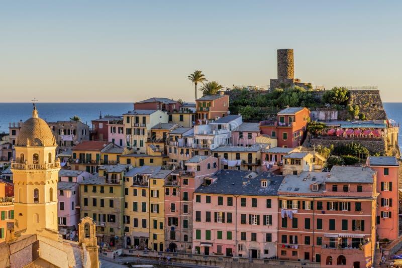 Detalle del centro histórico colorido de Vernazza en la puesta del sol, Cinque Terre, Liguria, Italia fotografía de archivo