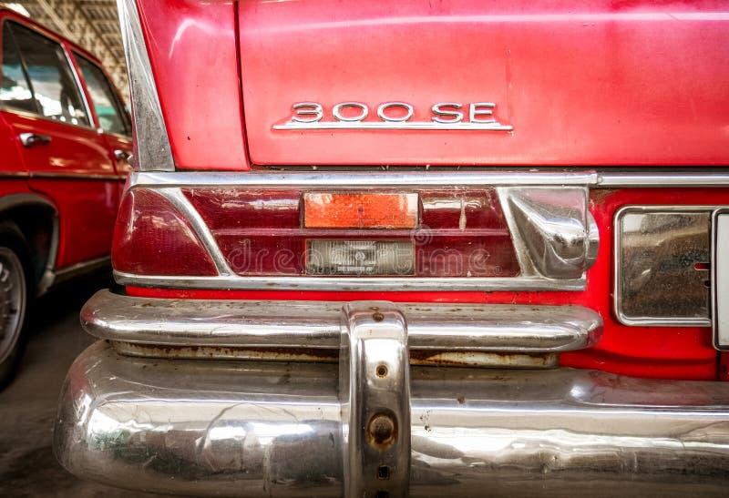 Detalle del coche alemán mítico viejo, del cierre para arriba de la luz posterior y de la chapa roja imagenes de archivo