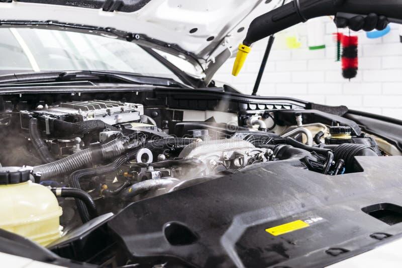 Detalle del coche Motor de la limpieza del coche que se lava Coche de la limpieza usando el vapor Lavado del motor de vapor Ilumi imagen de archivo libre de regalías