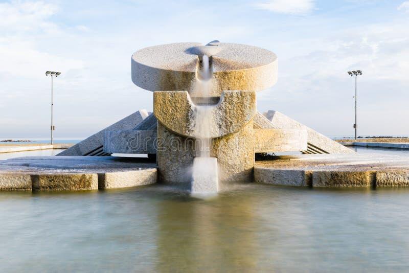 Detalle del ` del cubo del La del ` de la fuente Trabajo monumental del artista Pietro Cascella Pescara Italia fotografía de archivo