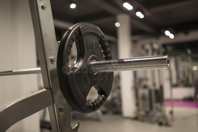 Detalle del equipo del peso en el gimnasio fotografía de archivo