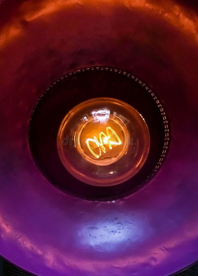 Detalle del filamento del bulbo de la luz eléctrica que brilla intensamente para el fondo abstracto Cierre para arriba Foco selec fotos de archivo