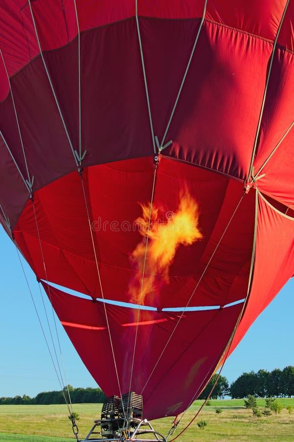 Detalle del globo del aire caliente La llama de las hornillas calienta el aire dentro del globo para su vuelo inicial fotos de archivo
