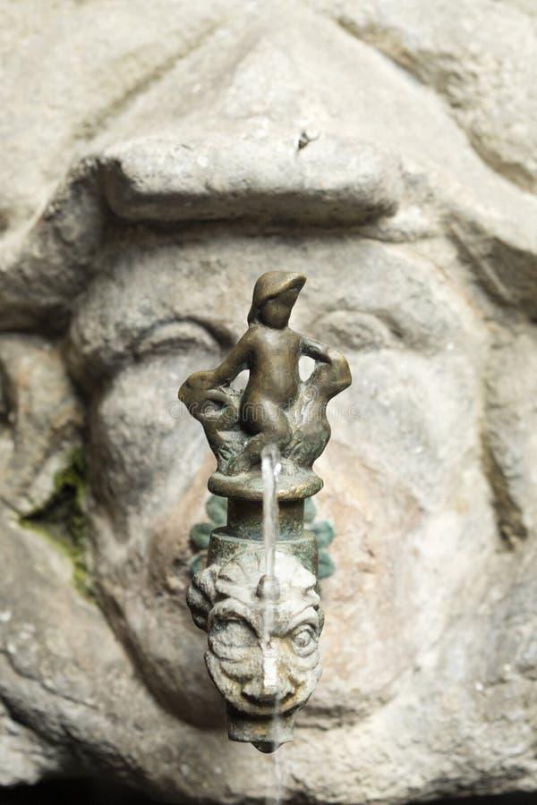 Detalle del golpecito antiguo viejo colocado en una piedra tallada en Barcelona, fotos de archivo libres de regalías
