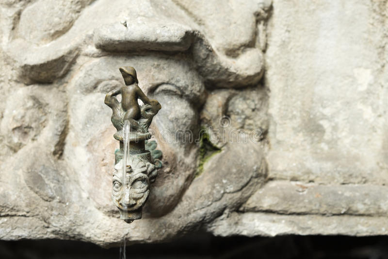 Detalle del golpecito antiguo viejo colocado en una piedra tallada en Barcelona, fotografía de archivo