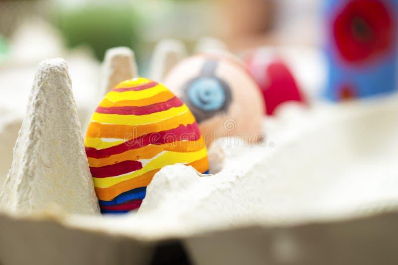 Detalle del huevo de Pascua pintado con diversas formas y los colores brillantes foto de archivo