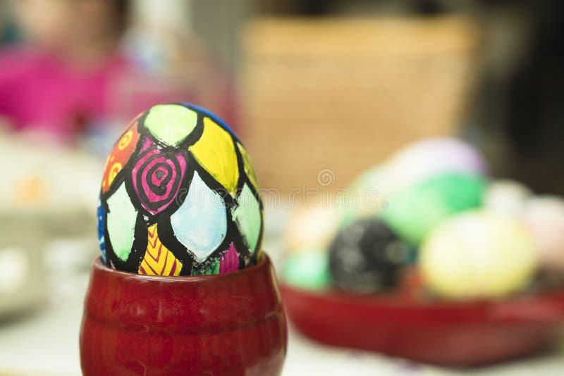 Detalle del huevo de Pascua pintado con diversas formas y los colores brillantes fotografía de archivo libre de regalías