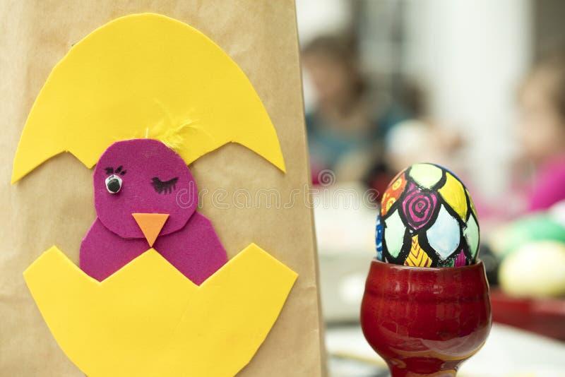 Detalle del huevo de Pascua pintado con diversas formas y los colores brillantes imagen de archivo libre de regalías