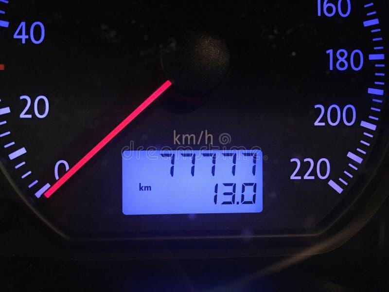 Detalle del indicador de velocidad con el metro de distancia imagen de archivo