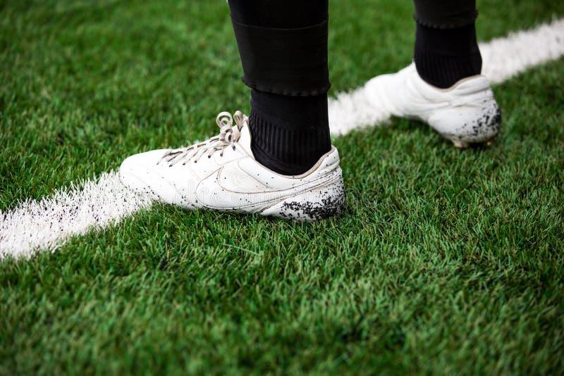 Detalle del jugador de fútbol del fútbol en la línea blanca en campo de fútbol del fútbol con la hierba artificial imágenes de archivo libres de regalías