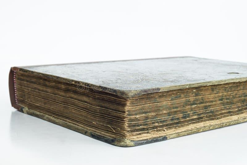 Detalle del libro antiguo viejo con el fondo aislado imagen de archivo
