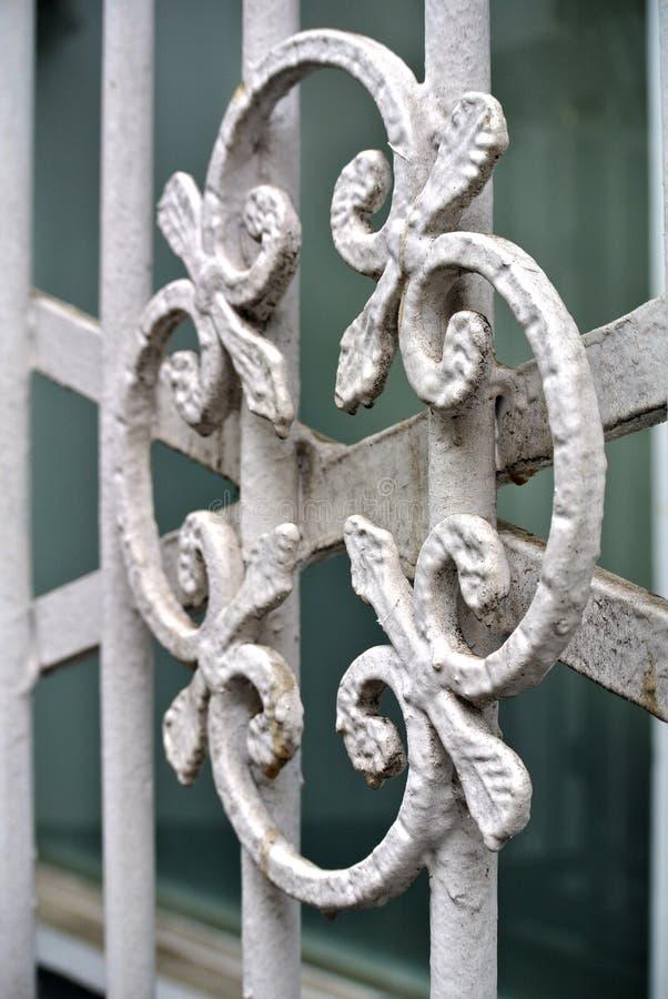 Detalle del metal blanco con la verja de la decoración imagen de archivo
