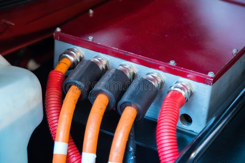 Detalle del motor de coche eléctrico debajo de la capilla del coche imagenes de archivo