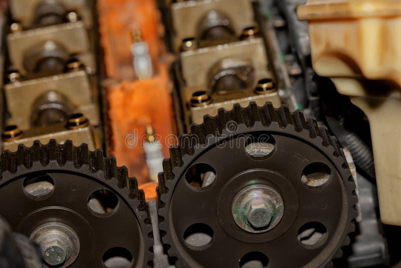 Detalle del motor desmontado de un coche imagenes de archivo