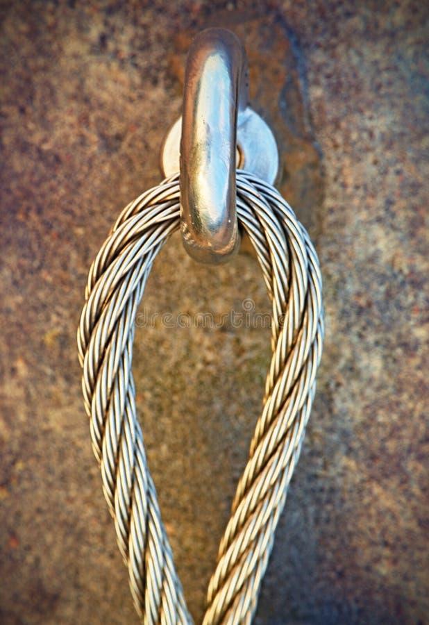 Detalle del ojo del ancla del perno de acero en roca El nudo del extremo de la cuerda de acero Trayectoria de los escaladores en  imágenes de archivo libres de regalías
