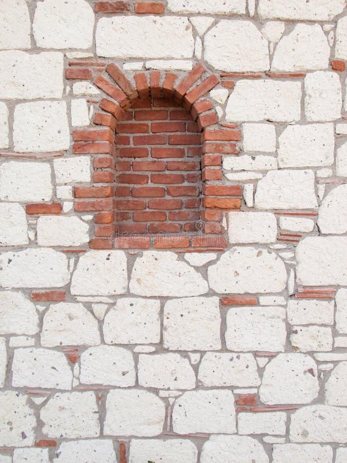 Detalle del portal del ladrillo en la pared de piedra foto de archivo