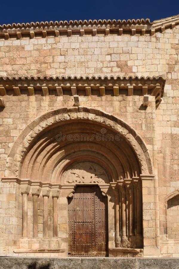 Detalle del portal Románico de la iglesia de San Miguel o de San V imagenes de archivo