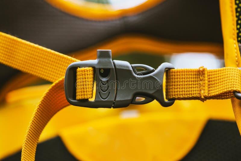 Detalle del primer del corchete plástico conveniente negro bloqueado del amarillo de la mochila ilustración del vector