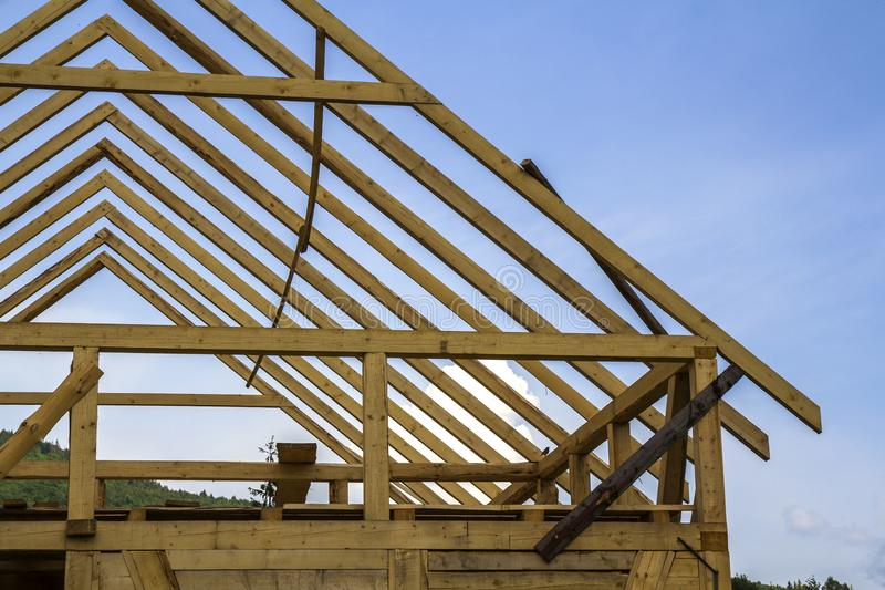 Detalle del primer de la nueva casa de madera bajo construcción Madera f fotografía de archivo libre de regalías