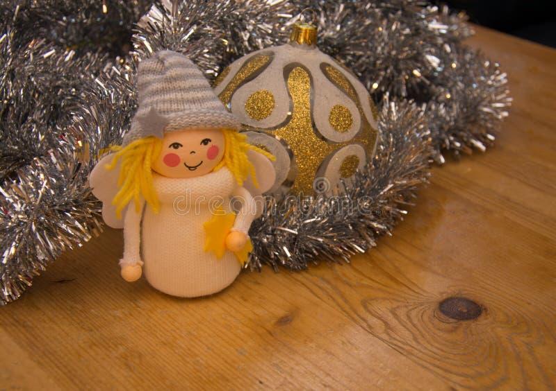Detalle del primer de la pequeña bola de cristal de la decoración y de la de oro-plata del ángel imagen de archivo libre de regalías